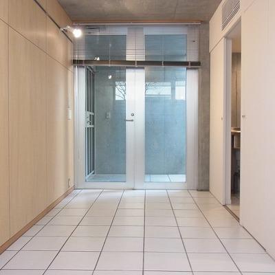 玄関です。入ってすぐがタイルの土間です。※画像は1階の別部屋