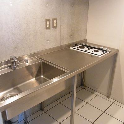 2口のガスコンロ。ステンレスのシンプルキッチン。※画像は1階の別部屋