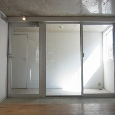 玄関は一面ガラス張り、カッコイイ。※画像は別室のものです