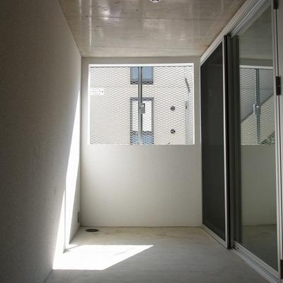 エントリーテラスが広いのです。通りに面した窓あり。