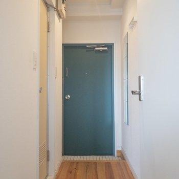 モスグリーンの扉がアクセント。コートかけも嬉しいですね。