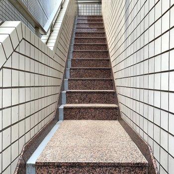 4階までは階段。大きな荷物の際は幅のご確認を。