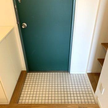玄関は白の磁器タイルで爽やか。