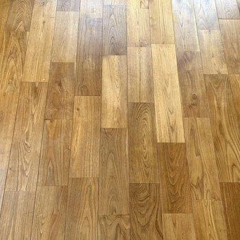 床は深みのあるヤマグリ材です。