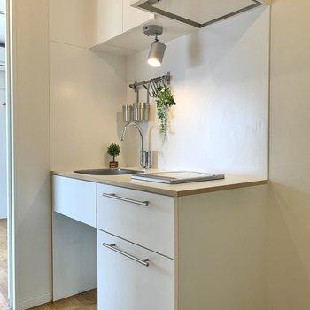 キッチンは清潔感あるホワイト。※小物はサンプルのものです