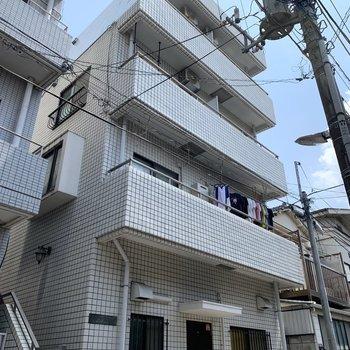 外観はシンプル。周辺にもマンションがありました。