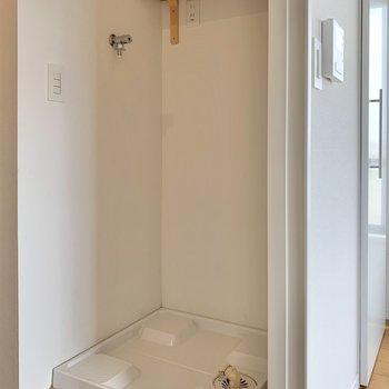 反対側に洗濯機置き場が。上部に洗剤を置いておけますね。