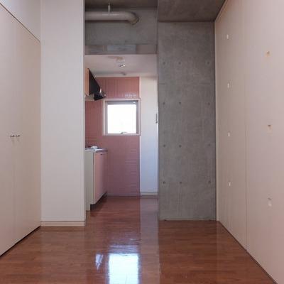 キッチン側を。一部コンクリート打ちっ放しです。