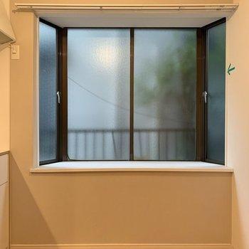 キッチン近くには出窓で開放感が◎※前回募集時の写真です