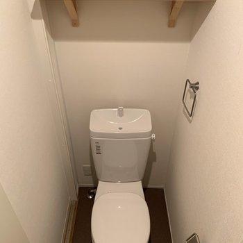 うれしい棚付きのトイレ。※前回募集時の写真です