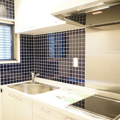 キッチンは窓有り、ブルーのタイル!