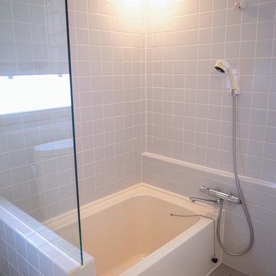 浴槽も結構ゆったり、タイル貼りの空間がいいです。 ※写真は前回募集時のものです。