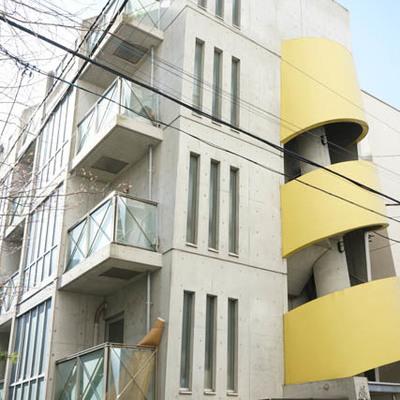 1階はテナント、おしゃれな外観の建物です