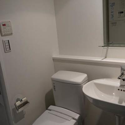 すっきりトイレと、洗面台 ※写真は別部屋です