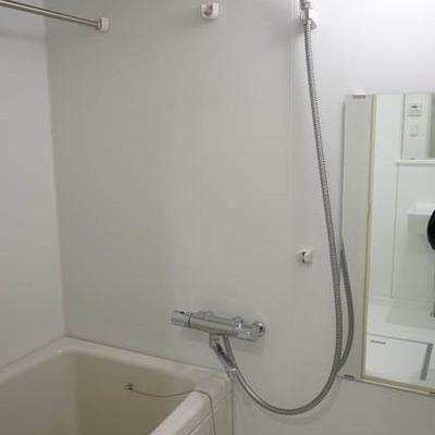 お風呂もなかなか広い。※写真は1階反転間取り別部屋のものです
