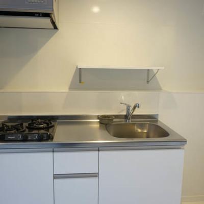 ガス2口。使いやすそうなキッチンです。※写真は1階反転間取り別部屋のものです