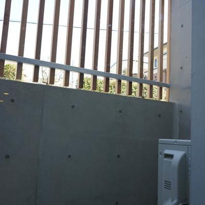 ベランダもあります。木製フェンスがよい目隠しに。※写真は1階反転間取り別部屋のものです