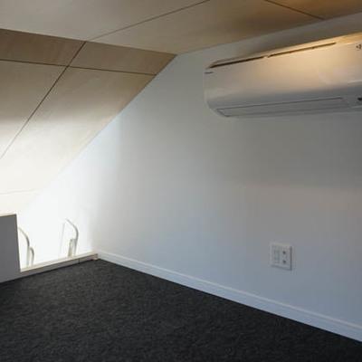 天井低い、ですが妙に落ち着く空間です。※写真は別部屋です。