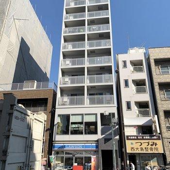 1階にコンビニ、2階には美容院もあります。