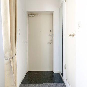 玄関には鏡もあるので、便利。