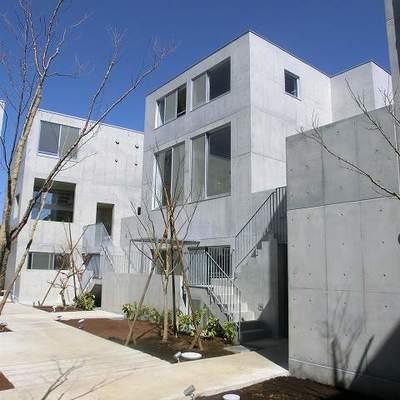 コンクリートが軒を連ねる。