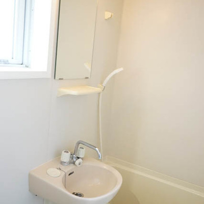 お風呂場窓あり。洗面台一体型です。