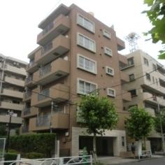 並木道に建つ6階建てマンションです
