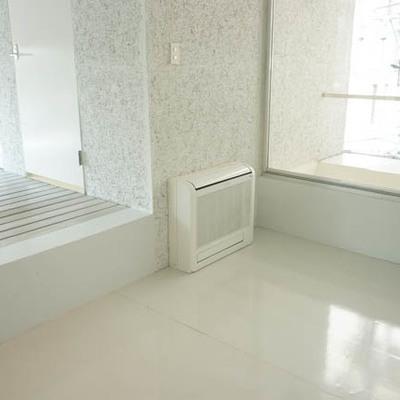 奥の3.8帖の洋室にはベッドを置いて。※写真は別部屋