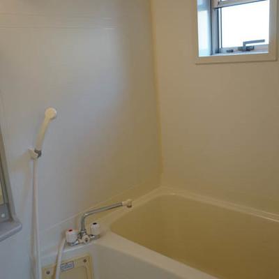 お風呂は窓あり。