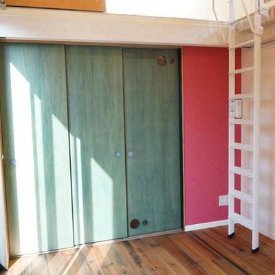 グリーンのドアの向こうは収納とバスルームです。