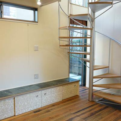 キッチン側から。らせん階段で2階へ。