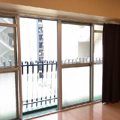 寝室の窓も大きくて開放的