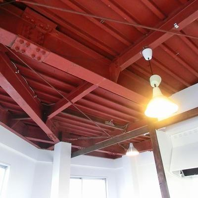 倉庫のようなオシャレ天井。