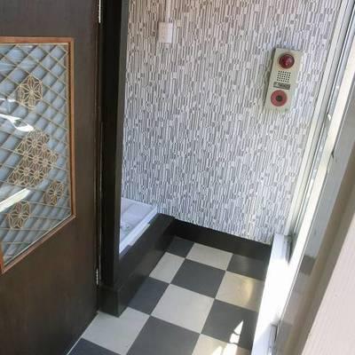 玄関。レトロですね。洗濯機置場もあります。※写真は別部屋です