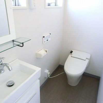 タンクレストイレです。※写真は別部屋です