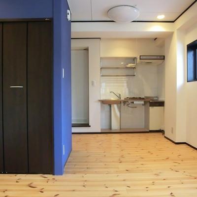 ブルーと無垢床が素敵です。