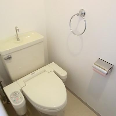 窓つきのトイレ。