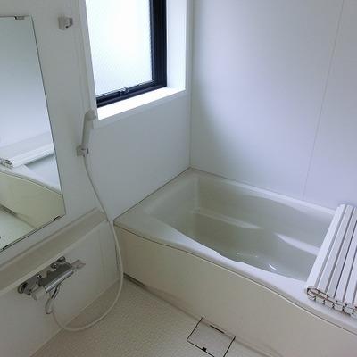 窓に、浴室乾燥のあるバスルーム
