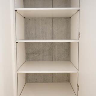 【LDK】キッチン脇にも収納があります。※写真は前回募集時のものです