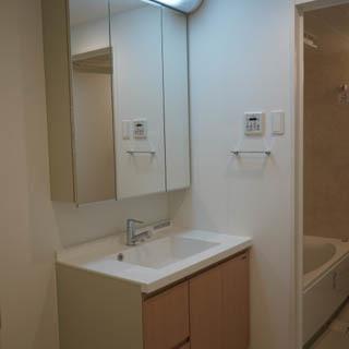洗面台は鏡裏収納になっています。※写真は前回募集時のものです