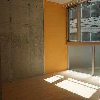 【洋室】ベッドルームの壁は一部コンクリート打ちっぱなし。※写真は前回募集時のものです