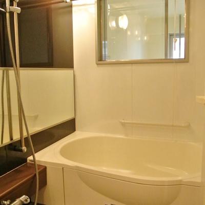 メゾネットのお風呂。窓からは1階が眺めます