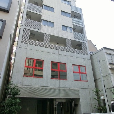 赤の窓枠が特徴の外観ですね!