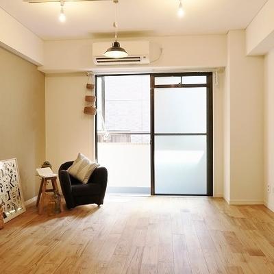 お部屋は木目のきれいな山栗の床
