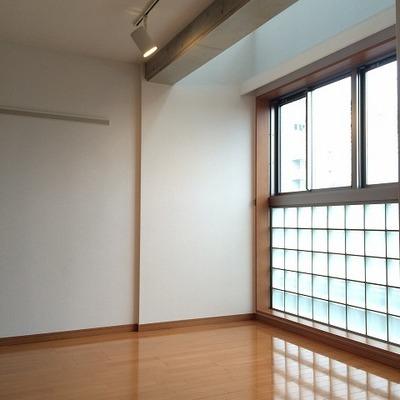 洋室はブロックガラスが使われています