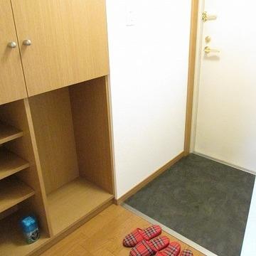 玄関はシューズボックスの上に棚があるのがポイント!※写真は別部屋です