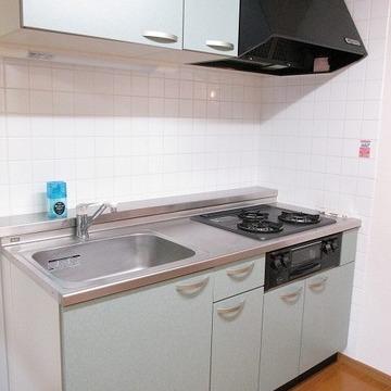 キッチンは三口コンロなので料理好きには嬉しいですね!!※写真は別部屋です