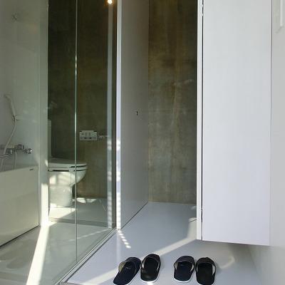 玄関横にバストイレ!※写真は前回募集時のものです