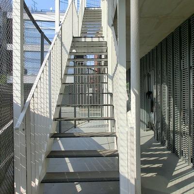階段でお部屋に上がります