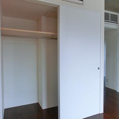 大きめクローゼットにエアコンは2台付!※写真は別部屋です